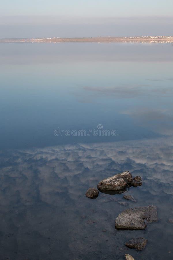 Die beruhigende Ansicht der Wasseroberfläche der Kuyalnik-Mündung am Abend während des Sonnenuntergangs, der nahe lokalisiert wir stockfotografie