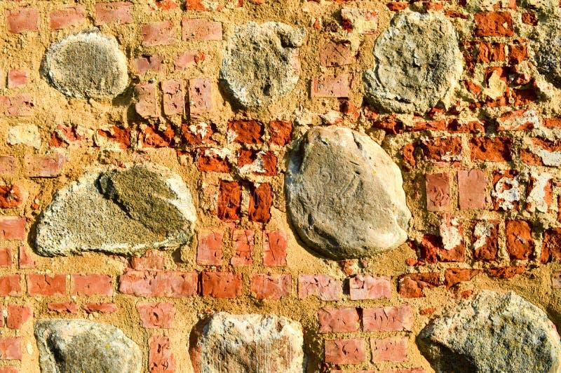 Die Beschaffenheit der harten abziehenden gebrochenen Backsteinmauer des alten alten mittelalterlichen antiken Steins der rechtec stockbilder