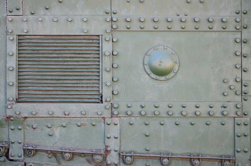 Die Beschaffenheit der Wand des Behälters, hergestellt vom Metall und mit einer Vielzahl Bolzen und Nieten verstärkt Bilder der B stockfotografie