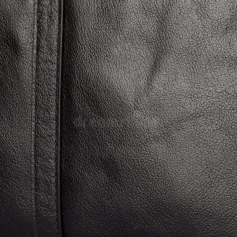 Die Beschaffenheit der zwei genähten Hälften des weichen schwarzen Leders lizenzfreies stockbild
