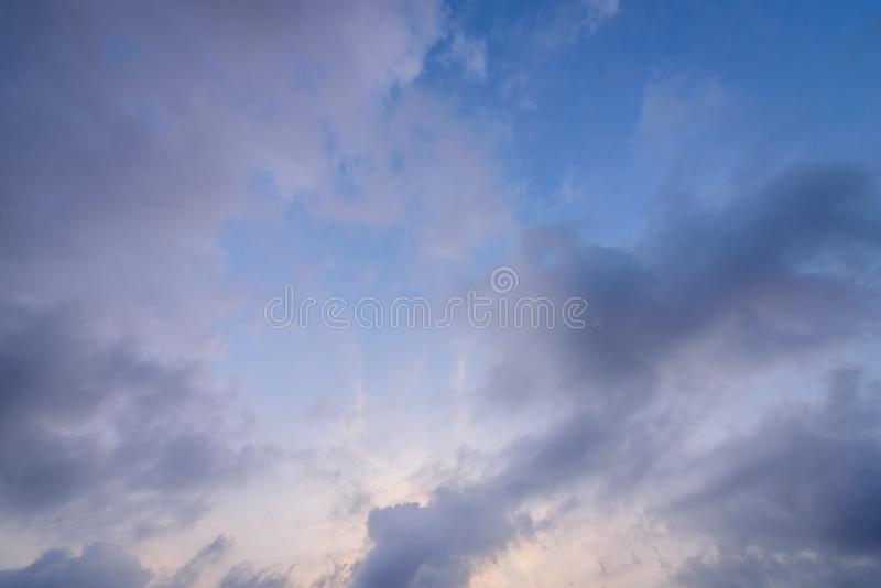 Die Beschaffenheit des blauen Himmels mit dunklem bew?lktem morgens lizenzfreies stockbild