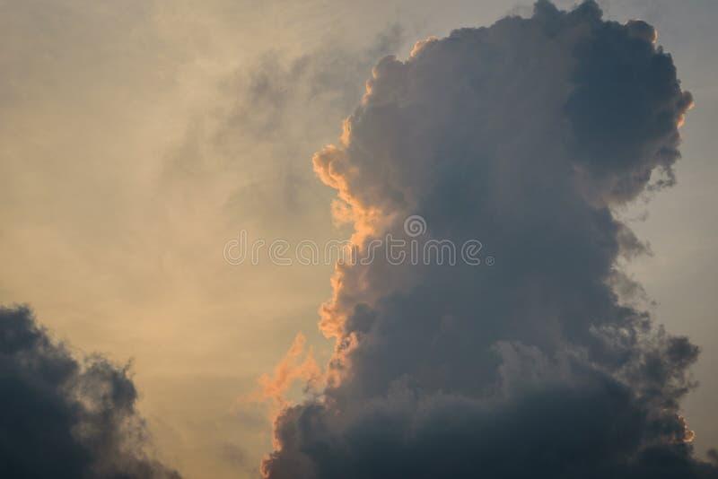 Die Beschaffenheit des blauen Himmels mit dunklem bew?lktem morgens lizenzfreie stockfotos