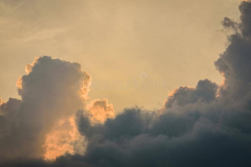 Die Beschaffenheit des blauen Himmels mit dunklem bew?lktem morgens stockbilder