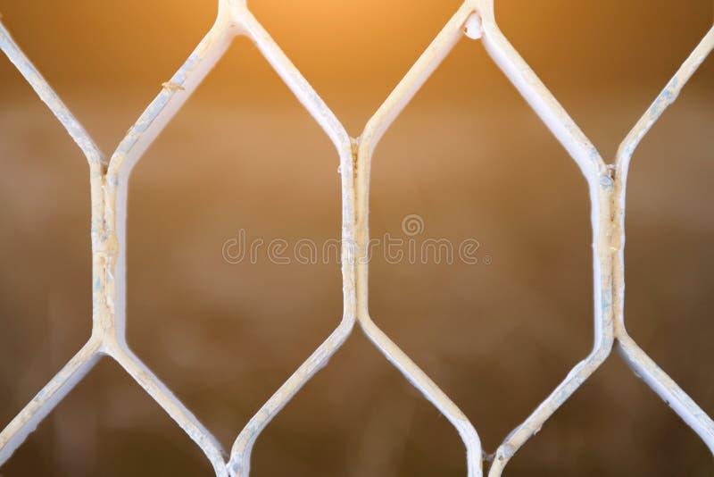 Die Beschaffenheit des Gitters des silbernen Bodens, das Licht überschreitet durch das Gitter, der Hintergrund des Metallgitters stockfotos