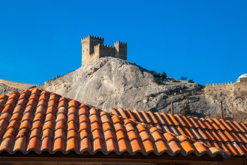 Die Beschaffenheit des mit Ziegeln gedeckten Dachs des Hauses mit Bergblicken stockfoto