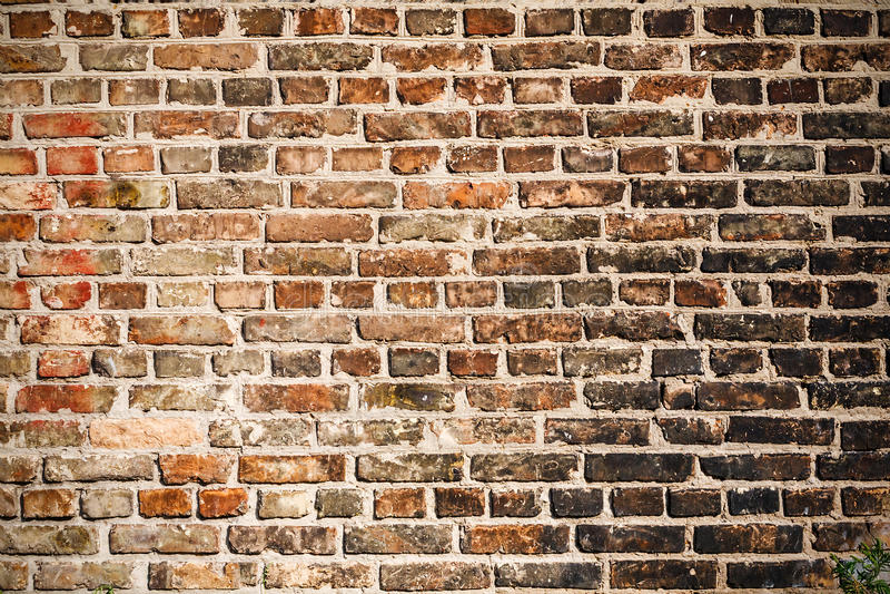 Die Beschaffenheit einer Backsteinmauer bedeckt mit schwarzem Ruß lizenzfreies stockbild
