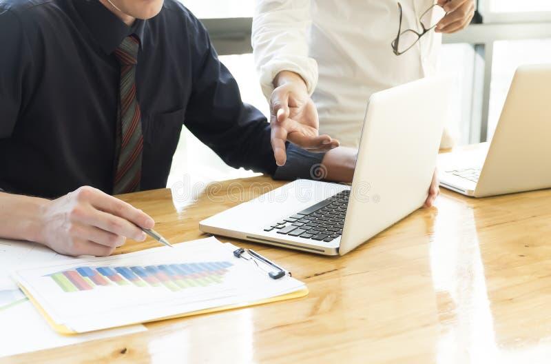 Die besprechenden Geschäftsleute und analysieren Datendiagramm Teamwork-Br lizenzfreies stockbild