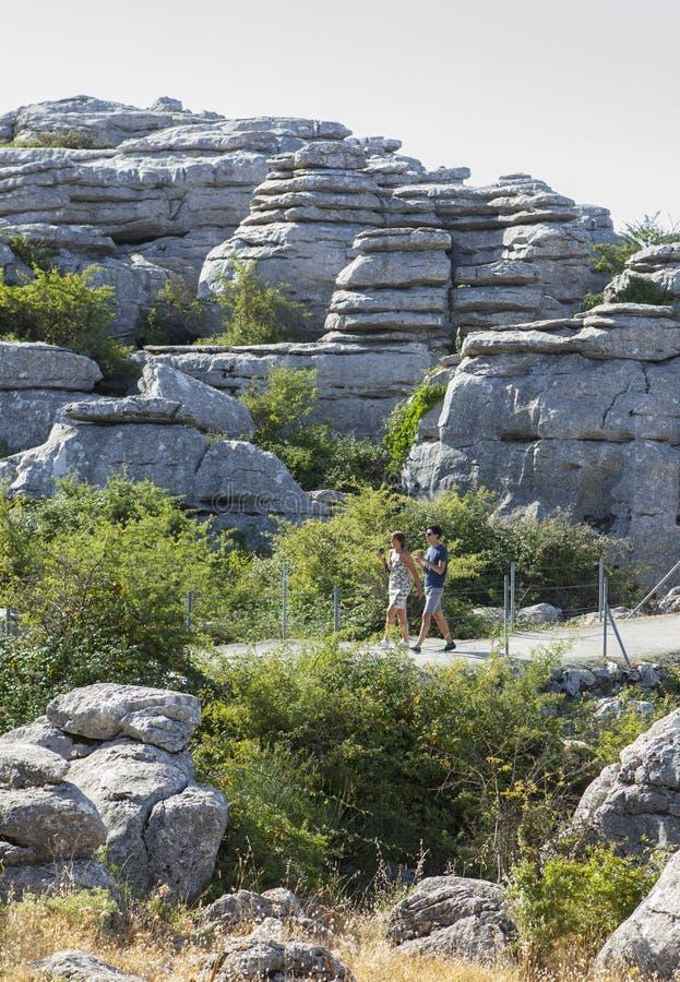 Die Besucher, die durch Torcal-Naturpark gehen, schleppen, Màlaga, Spanien stockbild
