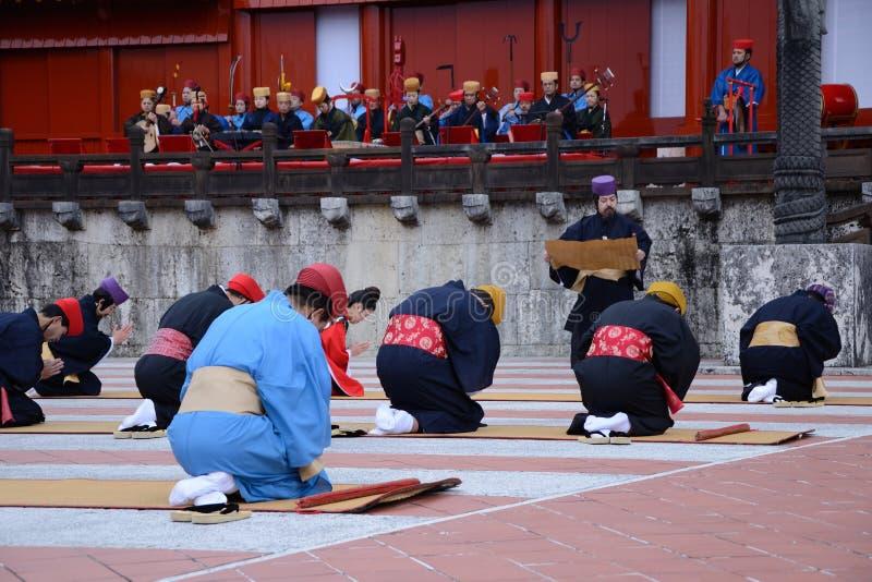Die betenden Männer im Shuri ziehen sich, Okinawa zurück stockfotos