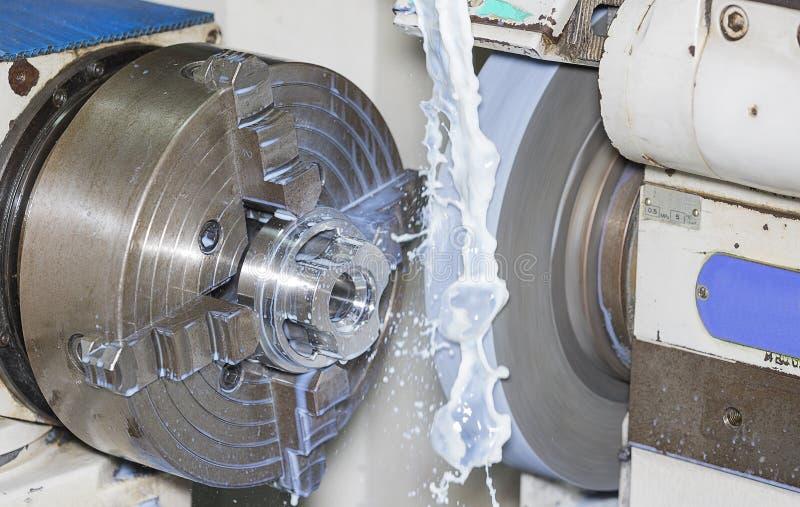 Die Betreiber, die Form reiben und sterben Teil durch grining Universalmaschine lizenzfreie stockfotografie