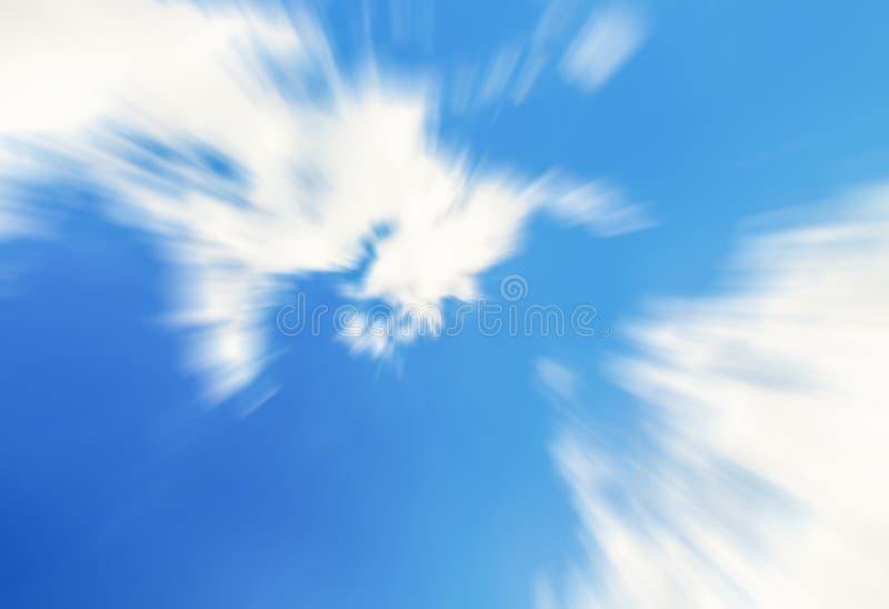 Die Bewegungsgeschwindigkeit, die aufwärts der Weißwolken des blauen Himmels Linien schnell sich nähert, verwischen Hintergrundlu stockfoto