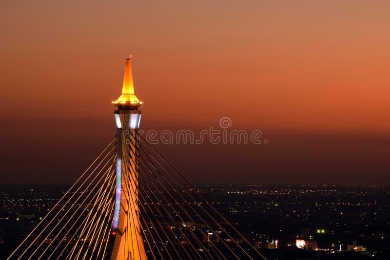 Die Bhumibol-Brücke nachts lizenzfreies stockbild