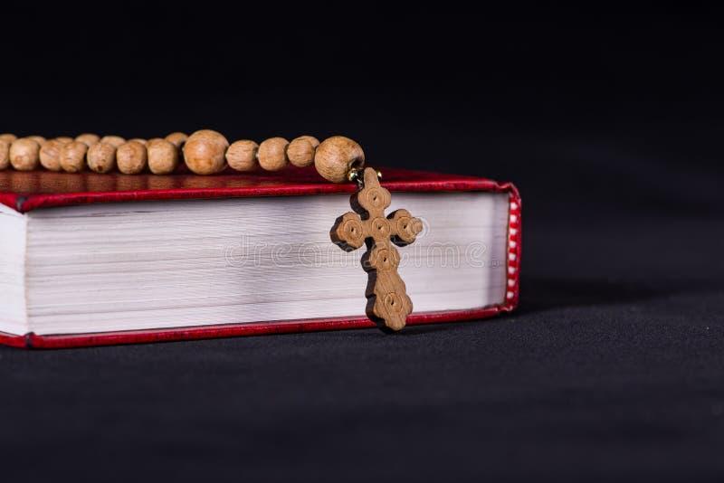 Die Bibel und das Kreuz im religiösen Konzept lizenzfreie stockfotografie