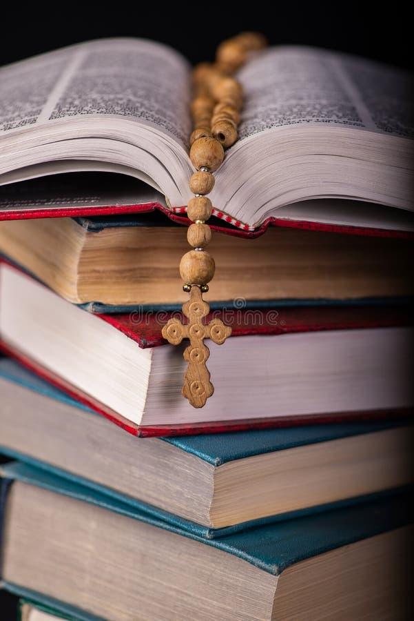Die Bibel und das Kreuz im religiösen Konzept lizenzfreie stockbilder