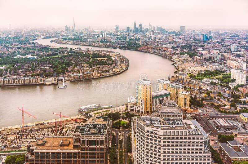 Die Biegung in der Themse und in den London-Skylinen lizenzfreie stockfotos