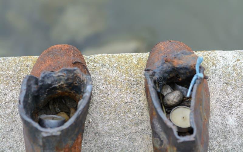 Die bildhauerische Zusammensetzung, Form von Roheisen, stellt 60 Paare der verschiedenen Männer, der Frauen und der Schuhe der Ki stockfotografie