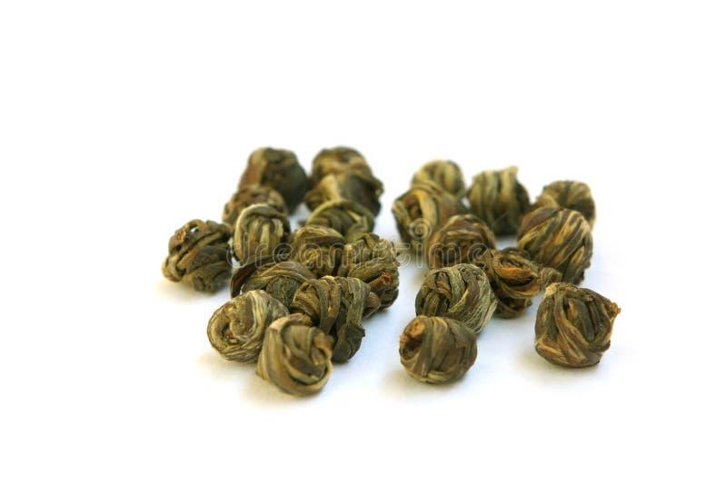 Die Blätter des grünen Tees geflochten in den Kugeln lizenzfreies stockfoto