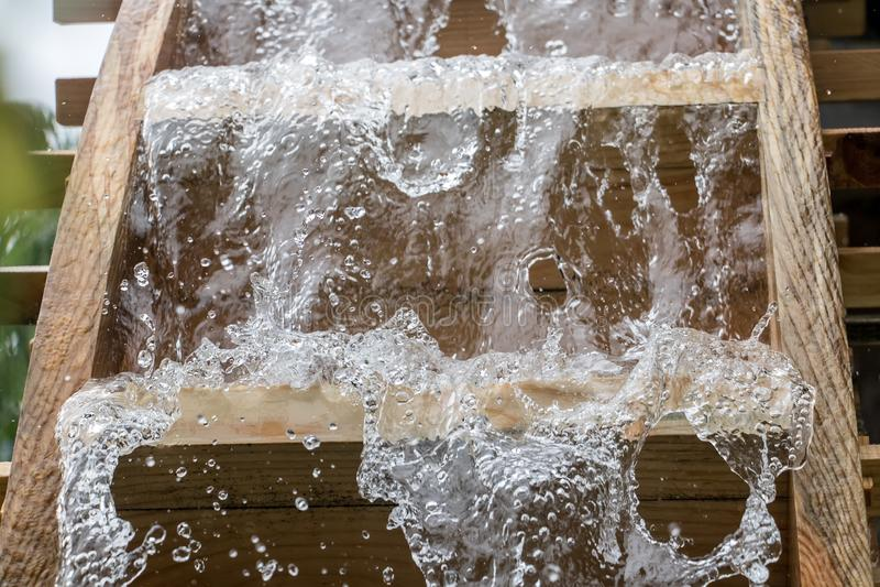Die Blätter des Mühlrades dreht sich unter einen Strom des Wassers, stockfotografie