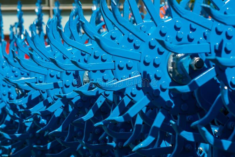 Die Blöcke der Zähne der Drehegge werden blau gemalt stockfotografie