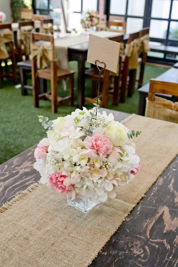 Die Blütenrose, die auf den Schreibtisch speisen gesetzt wird herein, Raum lizenzfreie stockfotos