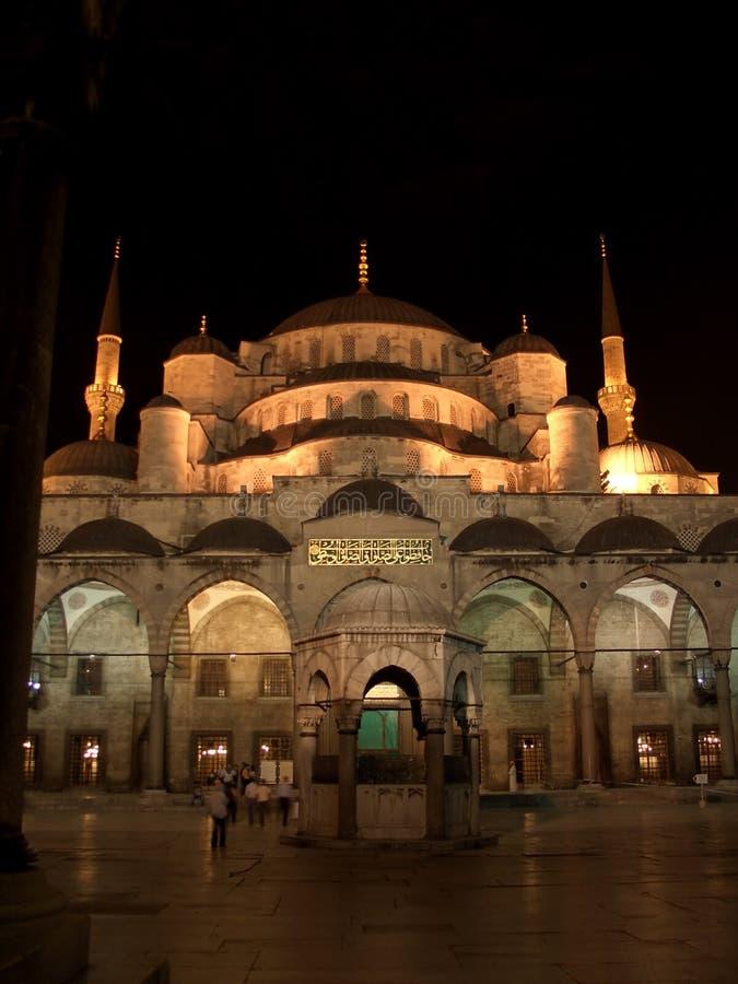 Die blaue Moschee bis zum Nacht stockfotos