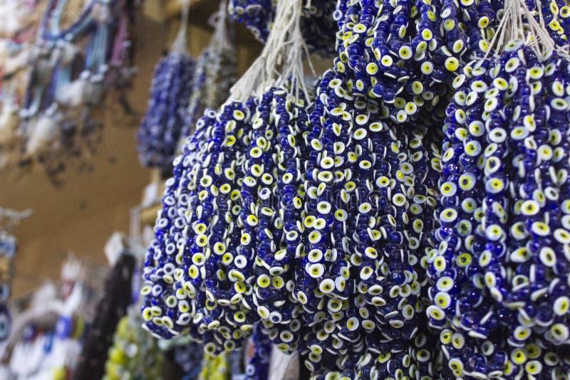Die blaue Perle, die gegen den bösen Blick auf Türkisch getragen wird, kaufen für viel traditionellen alten Glauben lizenzfreie stockfotografie