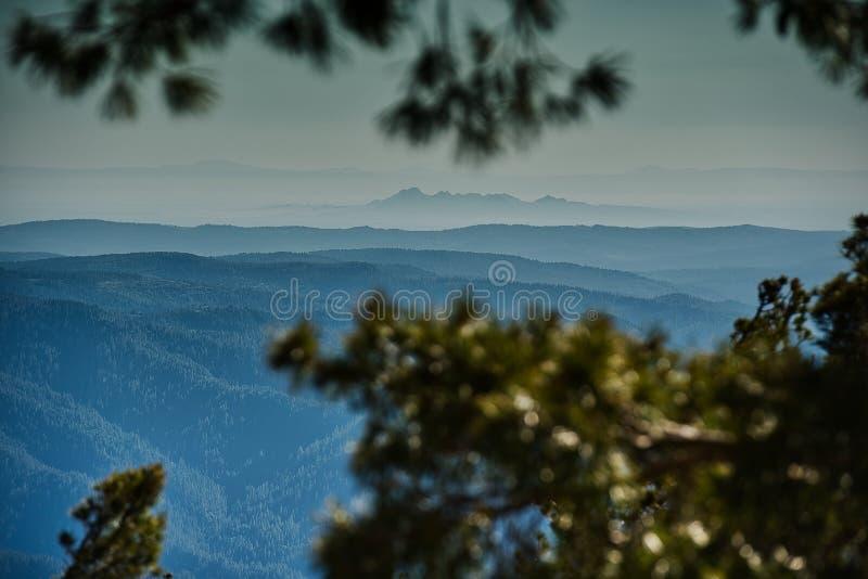 Die blauen Falten der Sierra Nevada -Rolle in Richtung zu Kaliforniens Sacramento-Tal stockbilder