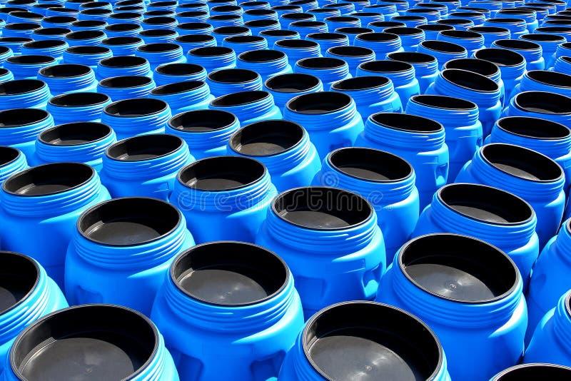 Die Blauplastikfässer für Chemikalien stockfotografie