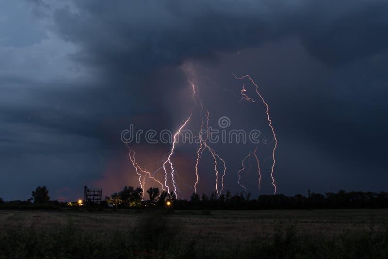 Die Blitzschläge stockbild