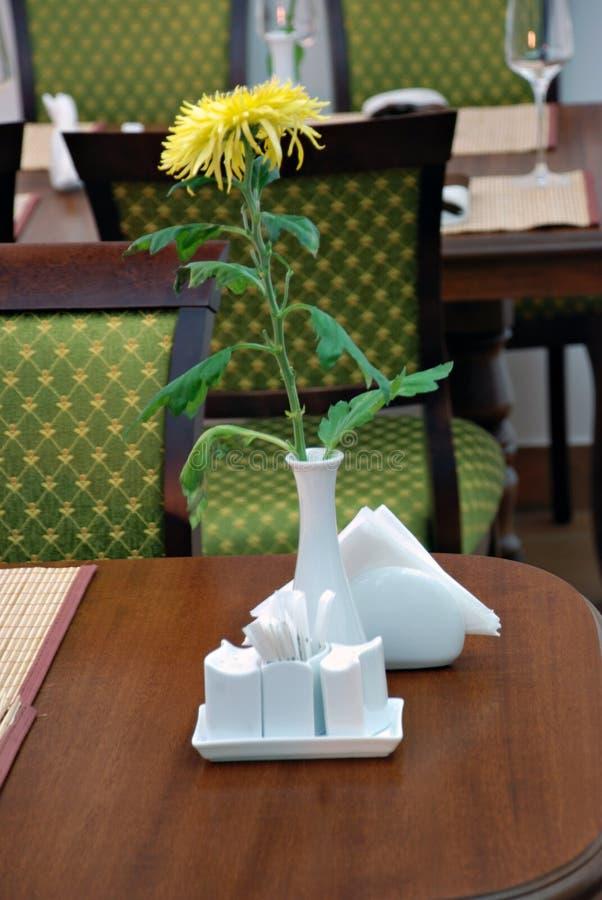 Die Blume auf Tabelle. stockbild