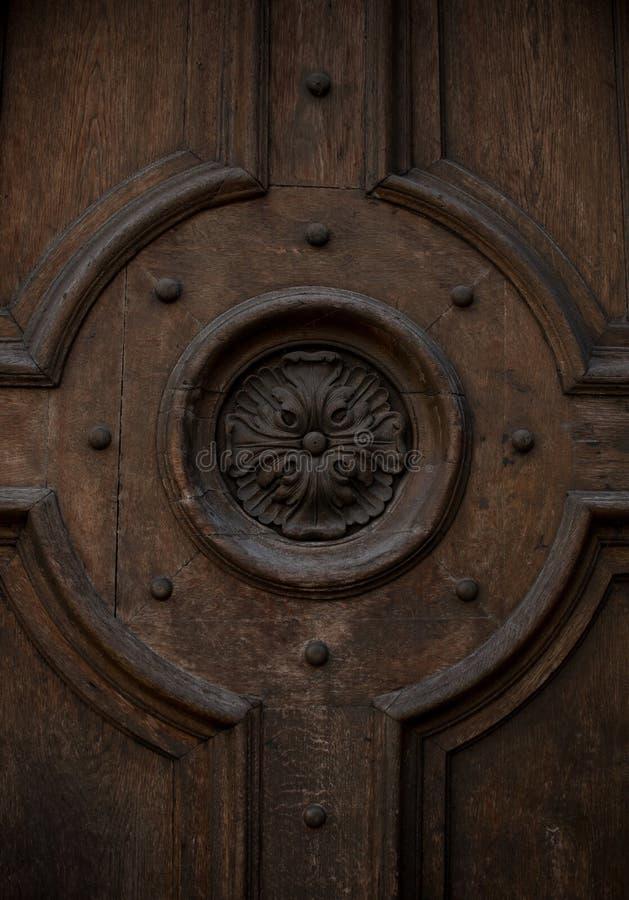 Die Blume wird auf Holztüren geschnitzt lizenzfreies stockfoto