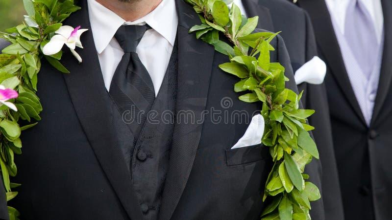 Die Blumen des Bräutigams - hawaiische Hochzeit stockfotografie