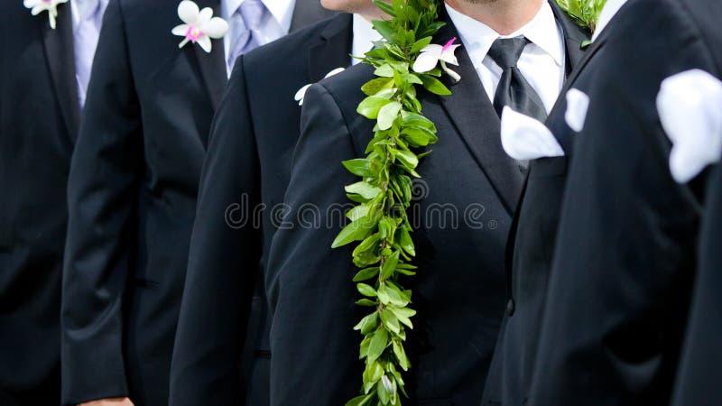 Die Blumen des Bräutigams - hawaiische Hochzeit lizenzfreies stockbild
