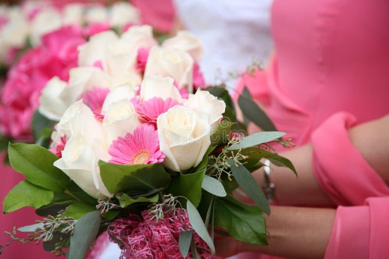 Die Blumensträuße der Brautjungfern stockfotos