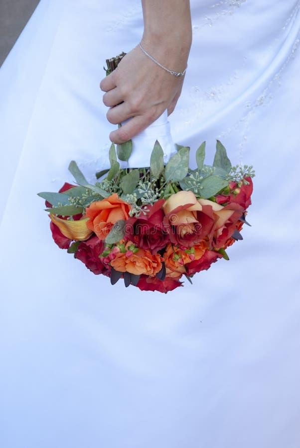 Die Blumenstraußdetails der Braut über ihren Hochzeitstag lizenzfreies stockbild