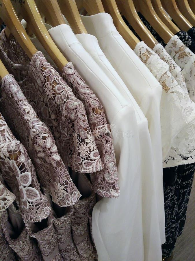 Die Blusen der Frauen im Shop lizenzfreie stockbilder
