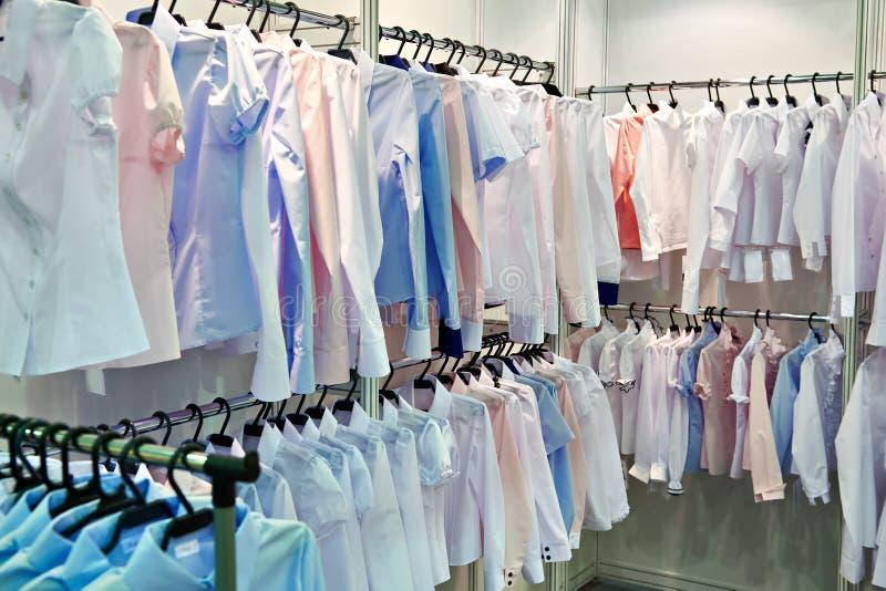 Die Blusen und die Hemden der Frauen im Speicher lizenzfreie stockfotografie