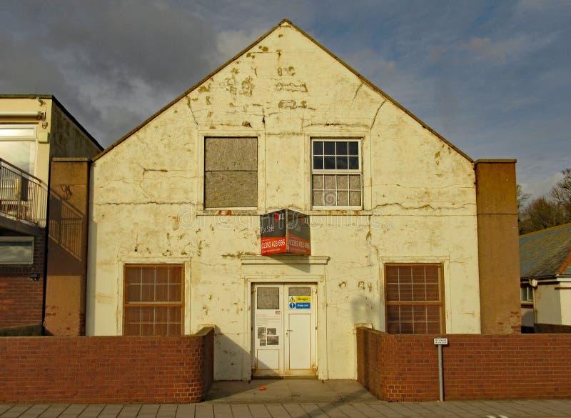Die Bohrgeräthalle am Ostende von Sidmouth-Esplanade Ein Gebäude, das jahrelang verschlechtert hat lizenzfreie stockbilder