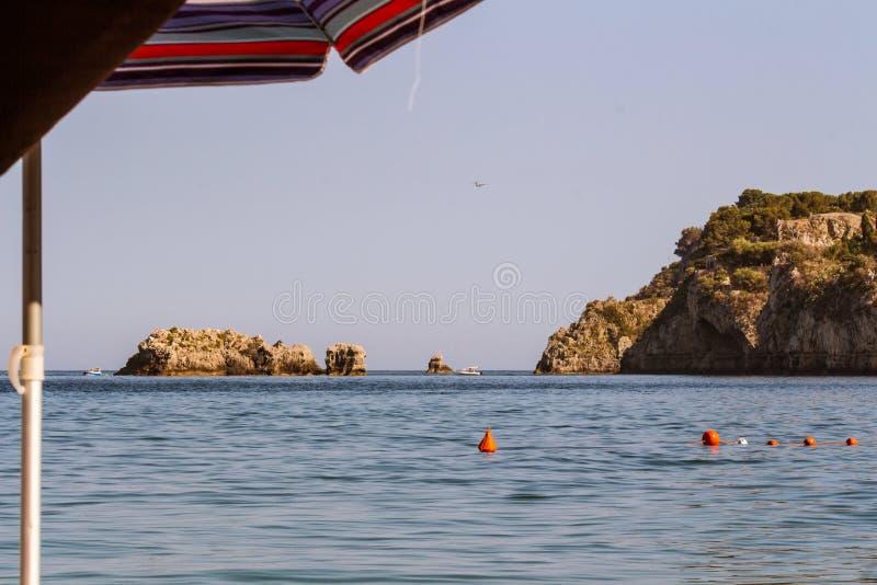 Die Boje im Meer stockfotos