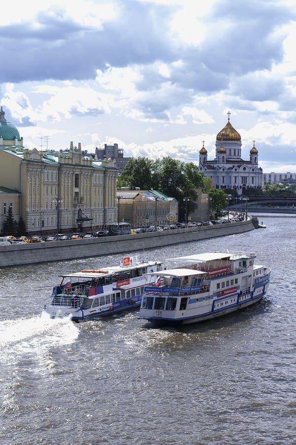 Die Boote, die auf den Fluss Moskau schwimmen stockfoto