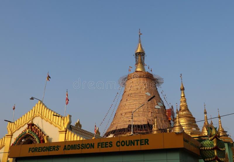 Die Botataungs-Pagode eine ber?hmte Pagode gelegen in im Stadtzentrum gelegenem Rangun Es ist H?user, was geglaubt wird, um ein h lizenzfreie stockfotos