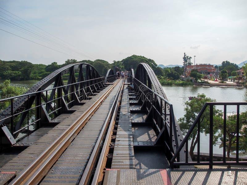 Die Brücke über dem Fluss Kwai in Kanchanaburi, Thailand lizenzfreie stockfotos