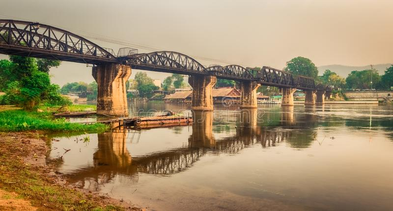 Die Brücke auf dem Fluss Kwai bei Sonnenaufgang Eisenbahn in Kanchanaburi, Thailand Panorama lizenzfreie stockbilder