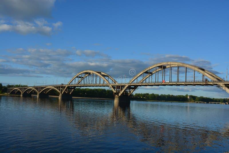 Die Brücke auf der Wolga in Rybinsk stockbilder