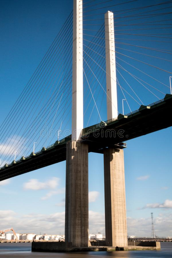 Die Brücke der Königin Elizabeth II über der Themse in Dartford stockbilder