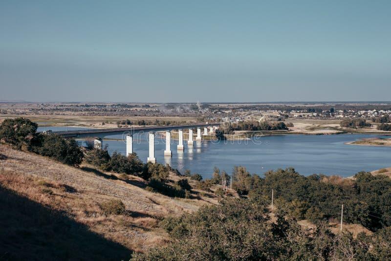 Die Brücke durch den Fluss Don in Russland lizenzfreie stockfotos