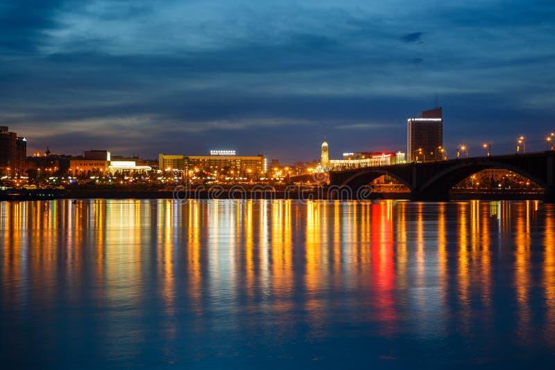 Die Brücke durch den Fluss Yenisei, eine Ansicht der Nachtstadt O lizenzfreie stockfotos