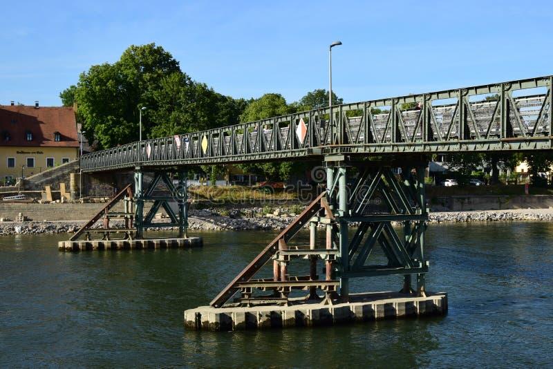Die Brücke EISERNER STEG in Regensburg, Deutschland stockfotografie