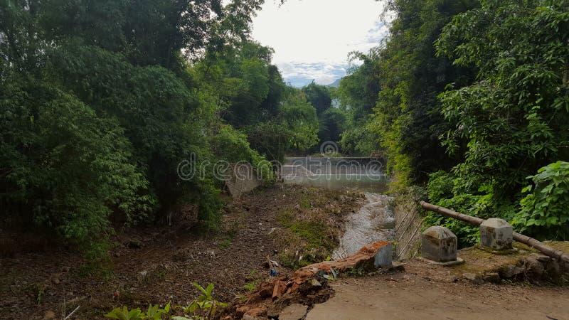 Die Brücke lag an den flutartigen Überschwemmungen schädigendes  lizenzfreies stockfoto