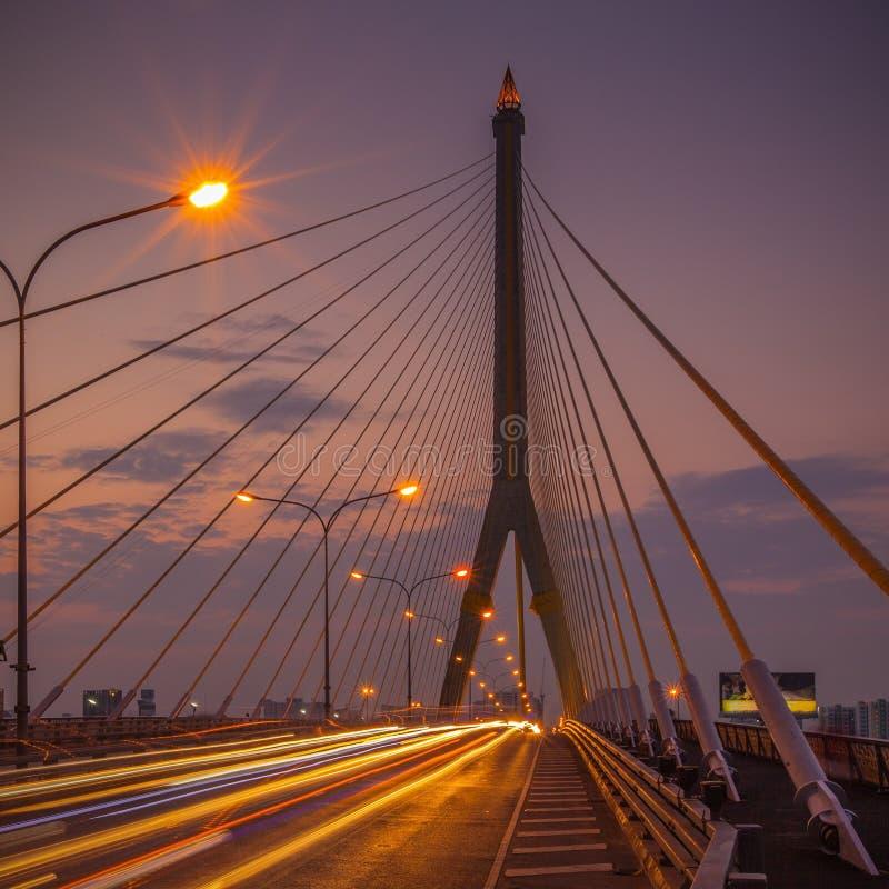 Die Brücke Rama VIII über dem Chao Praya River lizenzfreies stockbild